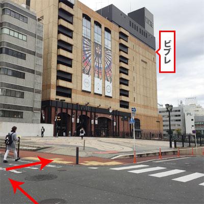 """""""ASBEEの前も通り過ぎると、目の前が交差点になり、右手に茶色いビルが見えます。こちらがビブレになります。""""/"""